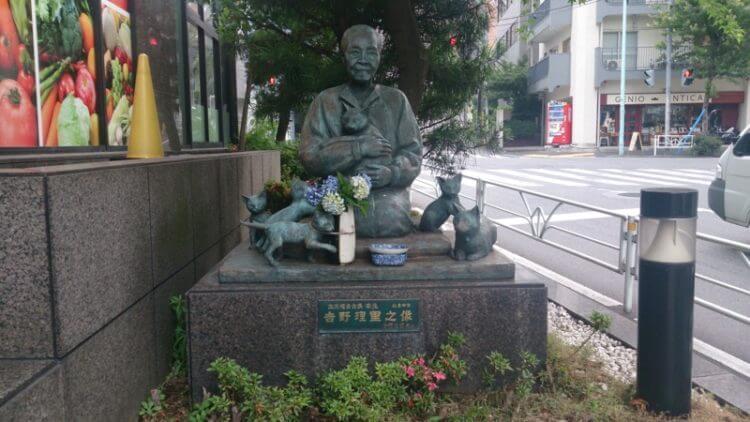 恵比寿にて、猫を愛でている吉野理里さんの像